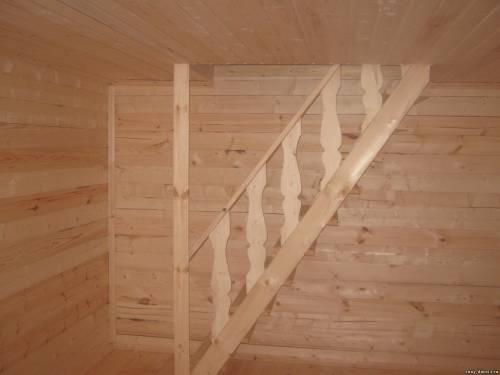 Лестница на мансарду в бане из бруса.