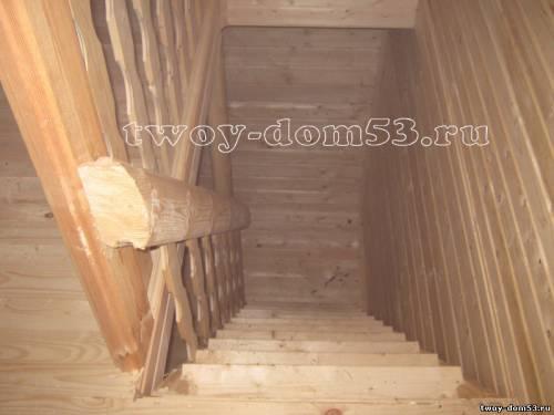Лестница на мансарду в брусовом доме.